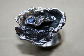 Oxiderad rosring med safir i guldfattning - Oxiderad rosring