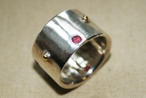 Silverring med rubiner och guldkulor - Silverring med rubin och guldkulor