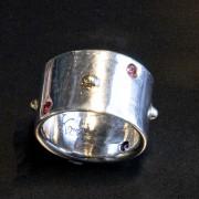 Silverring med rubiner och guldkulor
