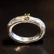 Silverring natur med peridot i klofattning