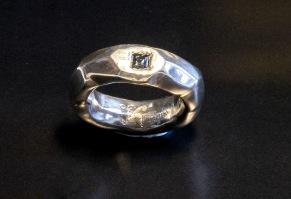 Silverring med caréfattning safir - Silverring med safir i caréfattning
