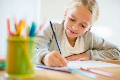 Flicka som skriver och jobbar med finmotorik och penngrepp.