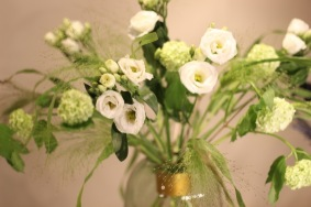 Vita blommor Hanataba grönt gräs