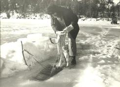 Gammal bild på isfiske i Glan