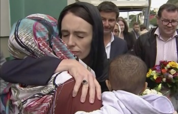 TVNZ/AP/TT Premiärminister Jacinda Ardern kramar om en kvinna under ett besök vid Kilbirniemoskén i Wellington.