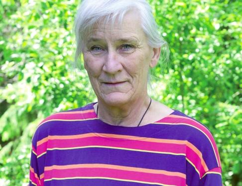 Marianne Ketti är en av tusentals i Sverige som av staten tvingas betala för en tv hon inte kan titta på och som gör henne sjuk. Fotograf: Emelie Winberg.