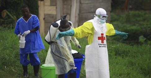Al-hadji Kudra Maliro/AP/TT Vårdpersonal desinfekteras på ett behandlingscenter i Beni i östra Kongo-Kinshasa. Arkivbild.