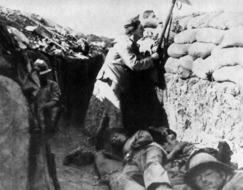 AP/TT En soldat i en skyttegrav vid slaget vid Gallipoli. Arkivbild