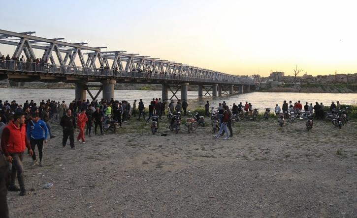 Farid Abdulwahed/AP/TT Invånare och anhöriga samlas vid Tigris i Mosul efter den färjeolycka som krävde nästan 100 liv.