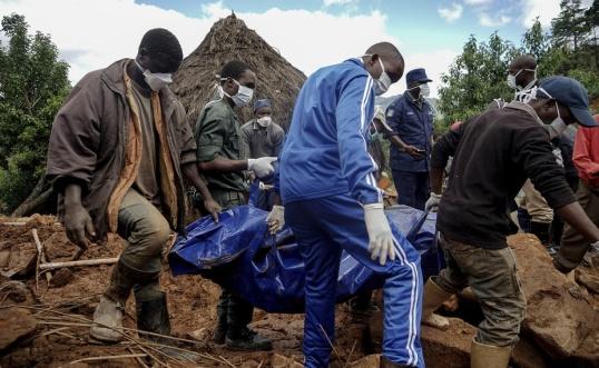 KB Mpofu/AP/TT En tonåring som omkommit i översvämningar bärs bort under fredagen.