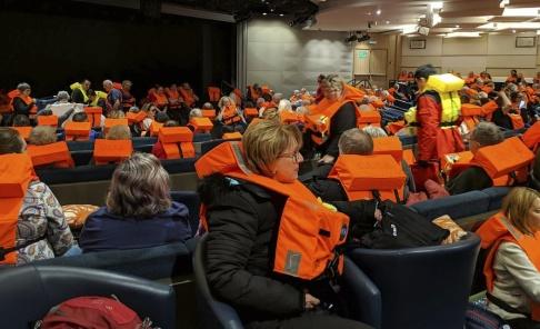 Michal Stewart/AP/TT Passagerare ombord på fartyget under gårdagen