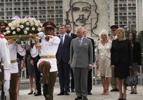 Ramon Espinosa/AP/TT Prins Charles och Camilla Parker Bowles vid blomsterkransceremonin