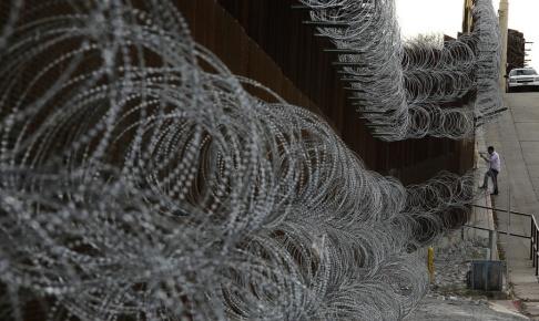 Charlie Riedel/AP/TT En del av gränsmuren mellan amerikanska Arizona och Mexiko. Arkivbild.