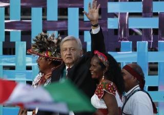 Moises Castillo/AP/TT Mexikos president Andrés Manuel López Obrador, här vid med religiösa ledare från ursprungsbefolkningen vid ceremonin där han svors in i december. Arkivbild.