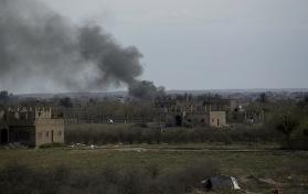 Maya Alleruzzo/AP/TT Rök stiger från al-Baghuz tidigare i veckan. Arkivbild.