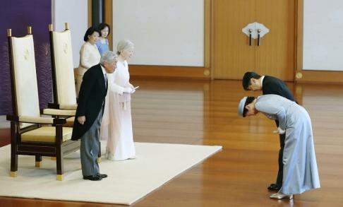 Kyodo News/AP/TT Japanska kejsaren Akihito och kejsarinnan Michiko hälsas av kronprins Naruhito och kronprinsessan Masako under en ceremoni för att fira Akihitos 30 år som regent.