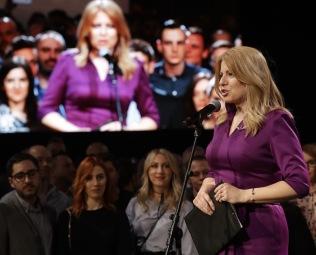 Petr David Josek/AP/TT Zuzana Caputova möter journalister och anhängare vid sitt kampanjhögkvarter i Bratislava under valnatten.