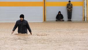Saeed Soroush/AP/TT En man försöker gå över en gata i den översvämmade staden Khorramabad i provinsen Lorestan i Iran