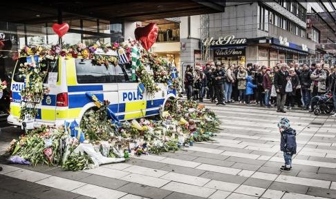 Tomas Oneborg / SvD / TT En tyst minut för terroroffren utanför varuhuset Åhléns i Stockholm, tre dagar efter terrordådet den 7 april 2017. Arkivbild.
