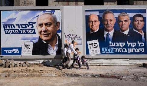 Oded Balilty/AP/TT Valaffisher i Tel Aviv i Israel. Den vänstra visar Likudledaren och sittande premiärministern Benjamin Netanyahu. Den högra visar Benny Gantz och några andra politiker från den nya mittenorienterade Blå och vit-alliansen.