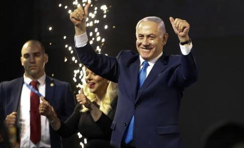 Ariel Schalit/AP/TT Israels premiärminister Benjamin Netanyahu framträder inför sina anhängare i Tel Aviv.