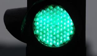 Ingvar Karmhed / SvD / TT En kamera vid varje trafikljus som läser av bilköerna i realtid skulle kunna korta bilköerna med upp till tio procent, tror forskare. Arkivbild.