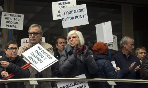 Paul White Människor utanför en domstol i Madrid som demonstrerar för en legalisering av dödshjälp.