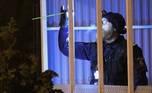 Johan Nilsson/TT Polis och kriminaltekniker på plats i Rosengård under natten mot torsdag efter misstänkt skottlossning mot en villa.
