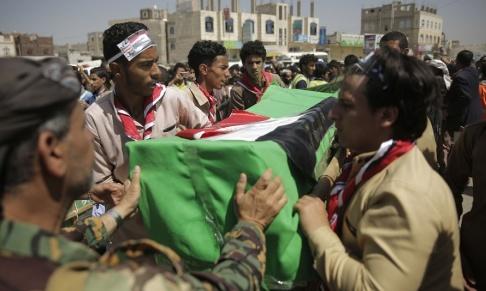 Hani Mohammed/AP/TT Ett sorgetåg bär fram kistor med döda barn vid en samlad begravning i Sanaa på onsdagen.