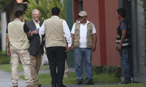 Victor Galvan/AP/TT Perus tidigare president Pedro Pablo Kuczynski, tvåa från vänster i bild, har gripits. Arkivbild från 2018.