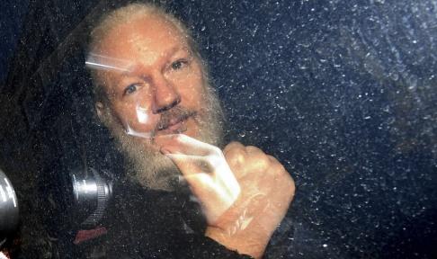 Victoria Jones/PA/AP/TT Wikileaksgrundaren Julian Assange i en polisbil sedan han gripits i London på torsdagen.