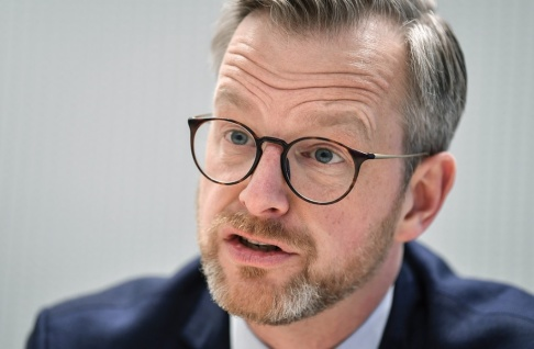 Anders Wiklund/TT – Vi bygger ut polisorganisationen med 10 000 fler polisanställda. Det är fortfarande så att det tar ett tag innan alla de här poliserna finns på plats i Sverige. I väntan på det känner många kommuner att de behöver jobba med ordningsvakter – och jag förstår dem, säger inrikesminister Mikael Damberg (S).