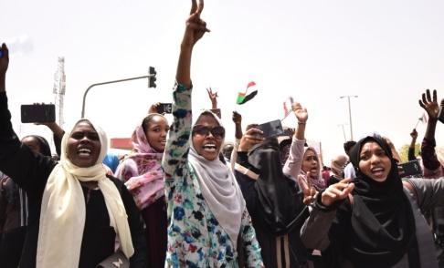 Ahmed Mustafa/AFP/TT Glädjeyra utbröt i Sudans huvudstad Khartum när försvarsministern meddelade att president Omar al-Bashir tvingats bort från makten.