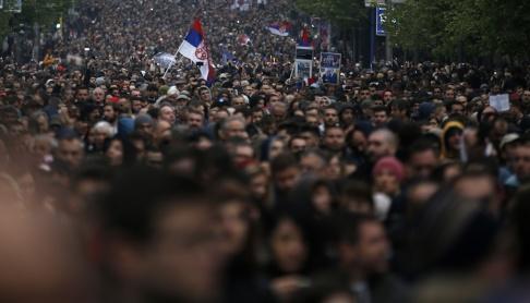 Darko Vojinovic/AP/TT Demonstrationsmarsch i Belgrad på lördagen.
