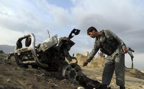 Rahmat Gul/AP/TT En afghansk soldat undersöker en plats där en attack skett norr om Kabul tidigare i april.