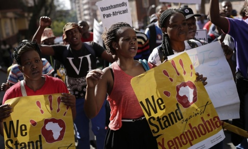 Jerome Delay/AP/TT Människor deltar i en protestmarsch mot xenofobiska attacker i Johannesburg 2015, efter en våldsvåg mot utländska medborgare i landet. Arkivbild