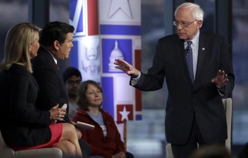 Matt Rourke/AP/TT Bernie Sanders försvarar sina inkomster vid en tillställning som arrangerats av Fox News.
