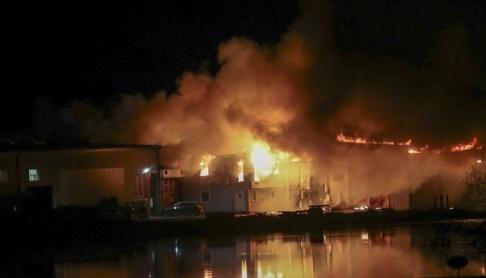 Jeppe Gustavsson/TT En kraftig brand utbröt i ett garage utanför Mjölby natten till torsdag.