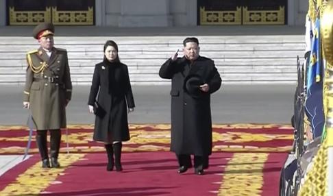 AP/TT Nordkoreas ledare Kim Jong-Un inspekterar hedersvakter, flankerad av sin fru Ri Sol-Ju. Arkivbild.