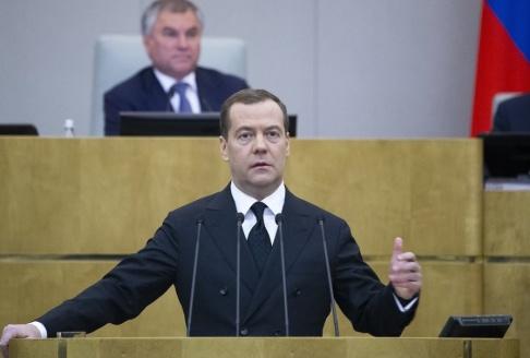 Alexander Zemlianichenko, AP/TT Rysslands premiärminister Dmitrij Medvedev meddelar att landet stryper exporten av oljeprodukter till Ukraina. Arkivbild.