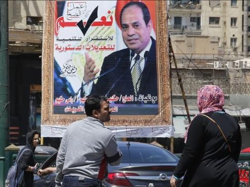 """Amr Nabil/TT/AP En affisch på president Abd al-Fattah al-Sisi från """"ja""""-sidan. Arkivbild."""