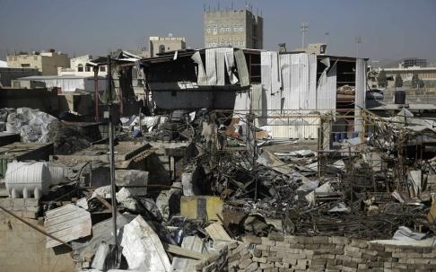 Hani Mohammed/AP/TT Platsen för ett angrepp mot Sanaa av den saudiskledda koalitionen i Jemen 10 april i år.