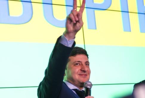 Dan Braun/AP/TT Komikern och skådespelaren Volodymyr Zelenskyj ser ut att vinna Ukrainas presidentval. Arkivbild.