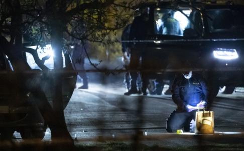Johan Nilsson/TT Polisens kriminaltekniker undersöker en bil i det avspärrade område i Helsingborg.