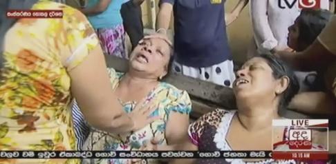AP/TT Stillbild från lankesisk tv visar skadade och chockade människor efter en explosion i Colombo.