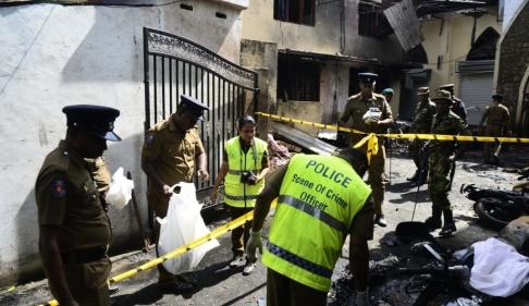 LAKRUWAN WANNIARACHCHI/AFP/TT Säkerhetspersonal och polis utanför Zion Church efter söndagens bombdåd.