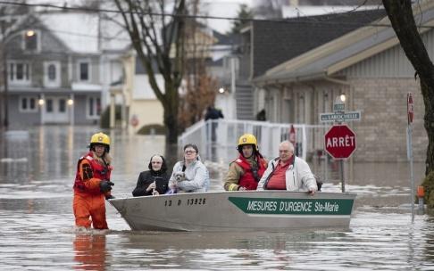 Jacques Boissinot/AP/TT Brandmän hjälper till att evakuera människor.