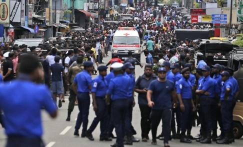 Eranga Jayawardena/AP/TT Poliser i Sri Lanka försöker ge fri väg åt en ambulans.