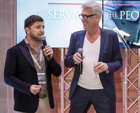 Privat/TT Nicola Söderlund har träffat Volodymyr Zelenskyj flera gånger i sitt jobb med europeiska tv-serier, här är de tillsammans på en scen i Cannes, Frankrike. Arkivbild.