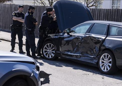 Johan Nilsson/TT Polisen undersöker en skadad bil i stadsdelen Limhamn i Malmö sedan den prejats in mot vägkanten och en polispatrull gripit tre misstänkta rånare.